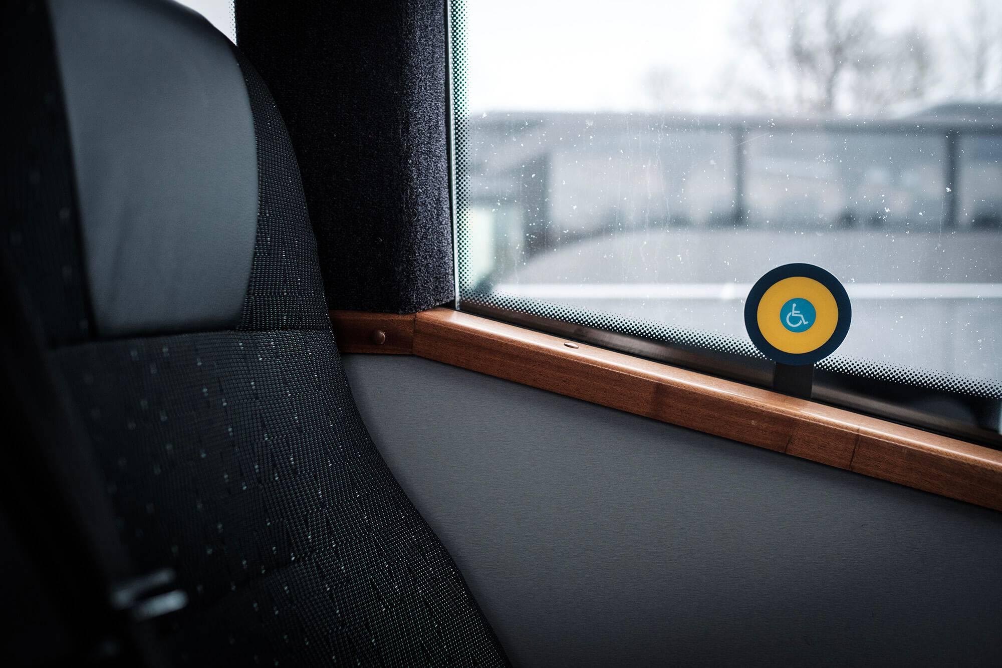 Lux Charter invaliidi tõstukiga turvaline minibuss